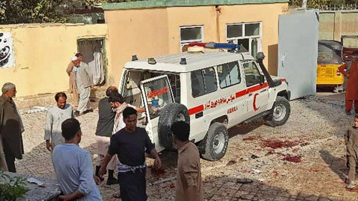 Atac sinucigaș cu bombă la o moschee din Afganistan. Peste 50 de morți și 100 de răniți