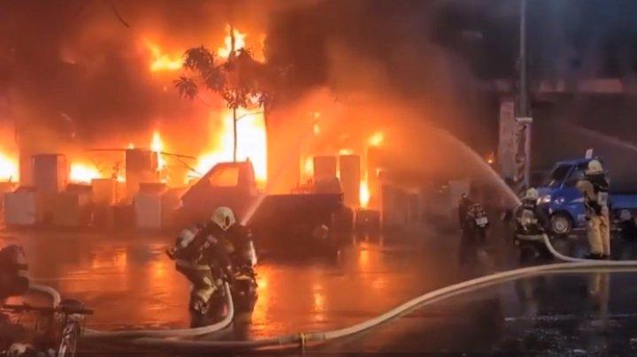 Incendiu devastator în Taiwan. Cel puțin 46 de oameni au murit, după ce un bloc cu 13 etaje s-a aprins ca o torță