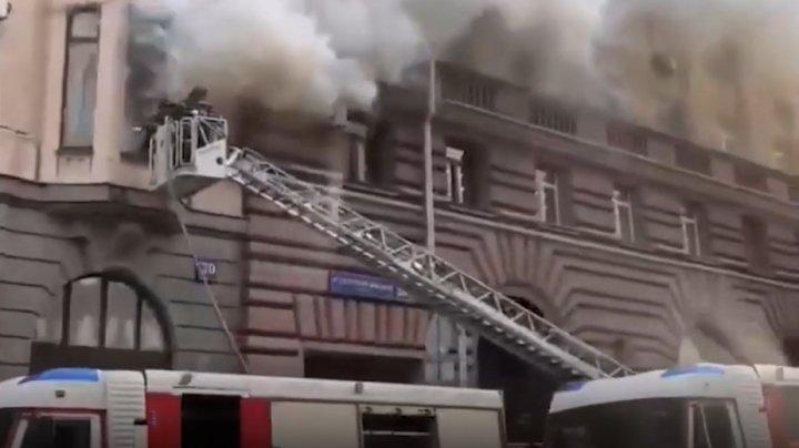 O casă din Moscova, cuprinsă de flăcări. La fața locului au intervenit salvatorii (VIDEO)