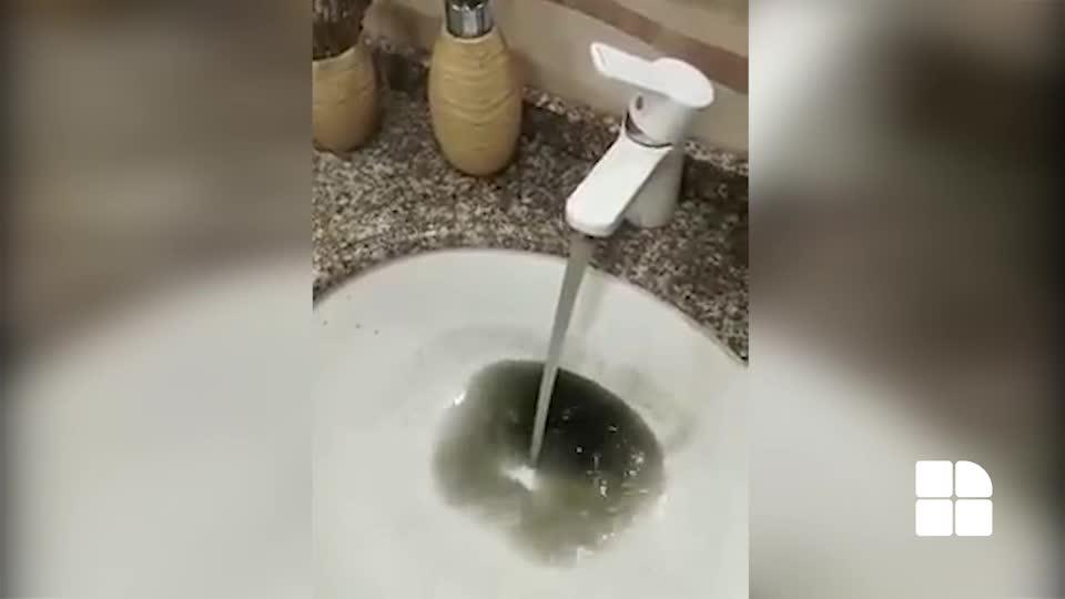 В одном из домов города Хынчешты из крана течет черная вода