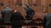 """Заседание парламента с пустыми стульями, недовольными депутатами и """"обменом комплиментами"""""""