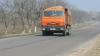 Грузовики с песком разрушают дороги (ФОТО)