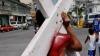 Венесуэлец прошел с крестом на плечах около 500 километров, моля Бога о выздоровлении Чавеса