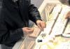 Полиция обращается за помощью к гражданам! На глазах у продавщицы мужчина украл кольцо с бриллиантом