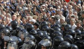 Несколько тысяч людей протестовали у Верховной Рады Украины против отмены льгот