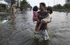 Сильные наводнения вынуждают тысячи  людей покинуть дома и бежать из Бангкока