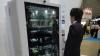 Торговый автомат с сенсорным экраном и чувством юмора узнает покупателя