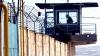 Заключенные спасаются от холода, как могут: одни тепло одеваются, другие - обнимают котов