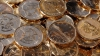 Дорогу в Канаде засыпало конфетами и деньгами