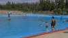 Знойная жара вынуждает горожан искать прохлады у бассейнов