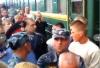 """Толпа пришла на вокзал в Москве """"встречать"""" молдаван, избивших женщин (ВИДЕО)"""