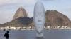 На пляже в Рио установили скульптуру в виде гигантской головы девочки