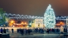 Десятки горожан гуляют у главной елки страны в центре Кишинева