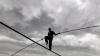 Канатоходец без страховки прошел по стальному тросу на высоте более 60 метров