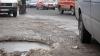 Водители недовольны ямами на дорогах: Можно остаться без колеса