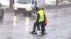 Ямы на дорогах столицы заделывают холодным асфальтом, выравнивая ногами (ВИДЕО)