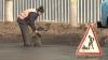 Столичные дорожники продолжают латать ямы, невзирая на лужи и грязь
