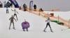 Десятки лыжников в костюмах с горного склона прыгали в бассейн с ледяной водой