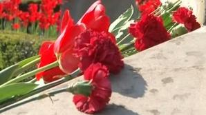 Сотни людей возложили цветы к памятнику Штефану чел Маре в память о жертвах Чернобыля