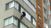Спасатели через окно попали в квартиру, в которой осталась запертой 2-летняя девочка (ВИДЕО)