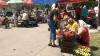 Продавцы торгуют на улице, в то время как прилавки рынка пустуют