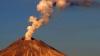 Недалеко от Мехико проснулся вулкан Попокатепетль, который извергает дым и газ