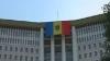 Publika TV водрузила огромный государственный флаг на здании парламента