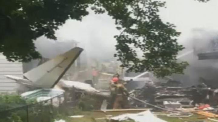 В США самолет упал на жилые дома: трое без вести пропавших