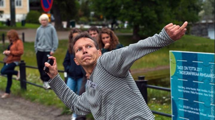 В Финляндии прошел чемпионат по метанию сотовых телефонов