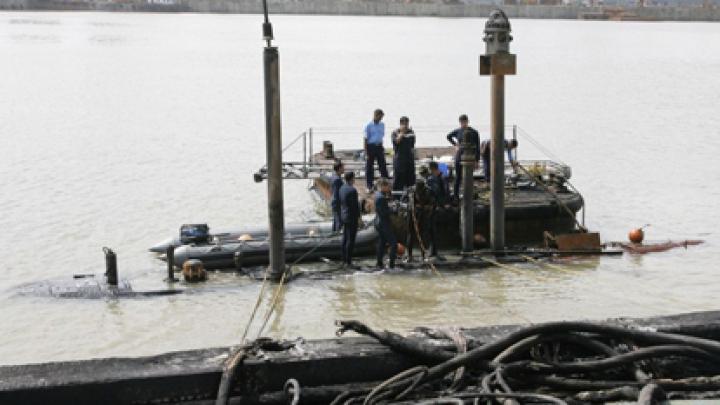С затонувшей индийской подлодки начали поднимать тела погибших
