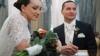 В России в загсах запретят шампанское, цветы и конфеты