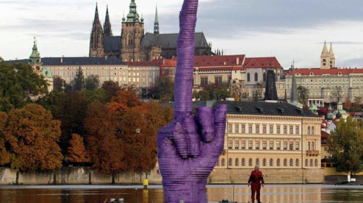 Огромный средний палец появился в центре Праги в канун выборов