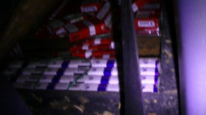 Двое молдаван попытались вывезти за границу в салонах авто свыше 14 тыс сигарет