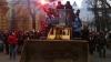 В Киеве протестующие штурмуют здание администрации президента с помощью бульдозера