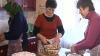 В канун Рождества хозяйки готовят для праздничного стола холодец, голубцы и сладкую выпечку