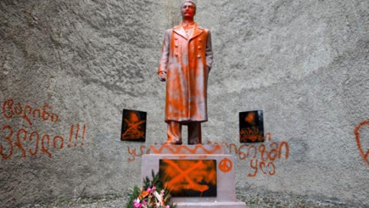 В Грузии снесли памятник Сталину