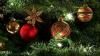 В магазинах снижают цены на искусственные елки и новогодние украшения