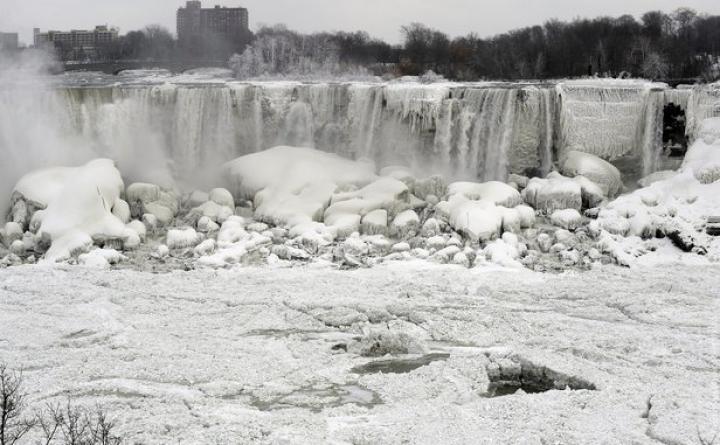 Морозы превратили Ниагарский водопад в глыбу льда (ФОТО)