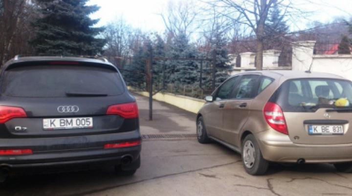 Водители двух машин припарковались у входа в столичный парк, блокируя его
