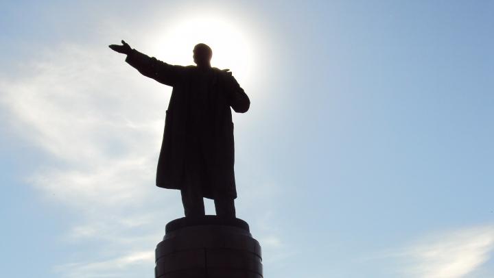 На Украине памятник Ленину упал от старости