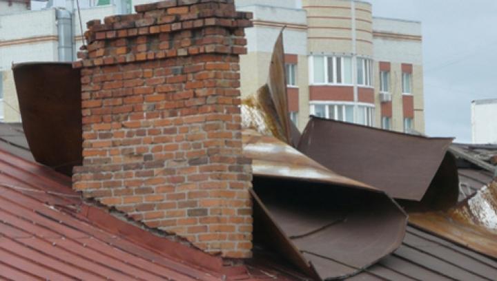 Ветром сорвало крыши домов в Унгенском районе, без света остается ряд населенных пунктов