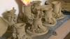 Дети и взрослые учатся гончарному мастерству на курсах в Кишиневе