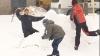 В городских дворах в выходные дети и взрослые играли в снежки и лепили снеговиков