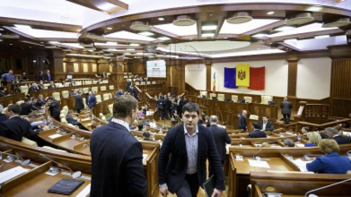 Первое заседание парламента весенне-летней сессии в фотографиях
