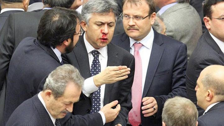 В турецком парламенте произошла потасовка из-за спорного законопроекта
