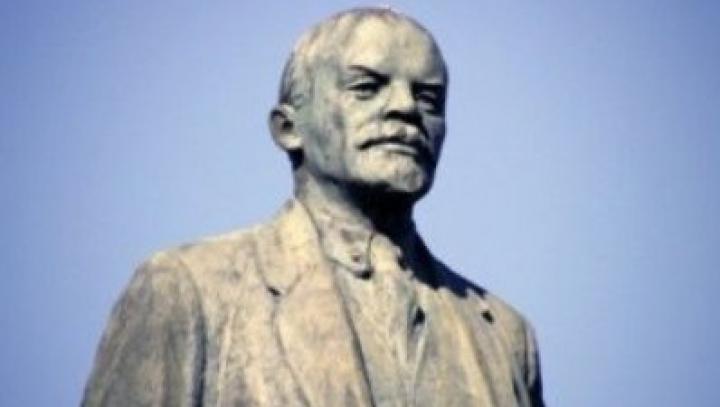В Крыму снесли памятник Ленину