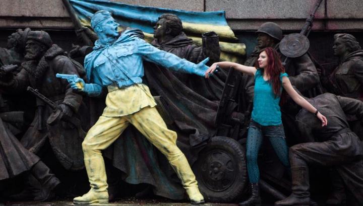 В Софии памятник советским воинам выкрасили в цвета украинского флага