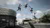 Группа молодых людей, увлеченных паркуром и BMX, тренируется на столичных улицах