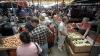 Люди штурмуют рынки, чтобы закупить все необходимое для пикников