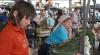 На столичных рынках появились первые овощи, выращенные в Молдове